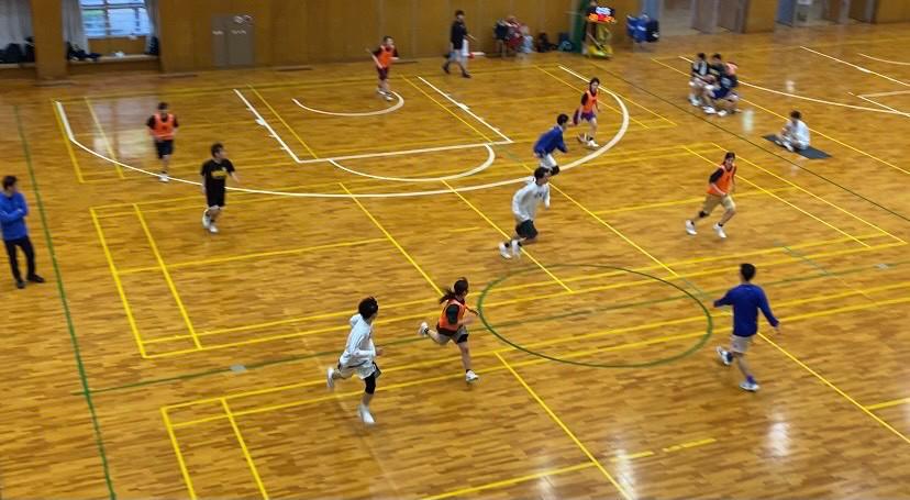 スポーツ, サッカー, 屋内, スポーツゲーム が含まれている画像  自動的に生成された説明